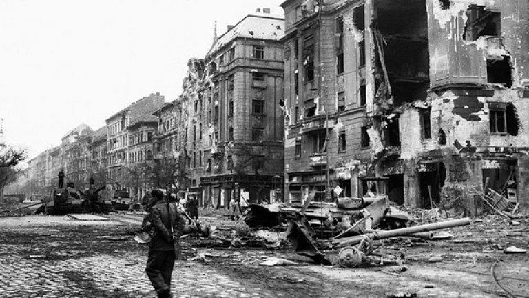 """През следващите десетилетия """"нормализацията"""" на Кадар води до пълно изтриване на събитията от 1956 г. от обществения дебат в Унгария. Самото споменаване на Имре Наги в публичен разговор води до риск от наказание."""