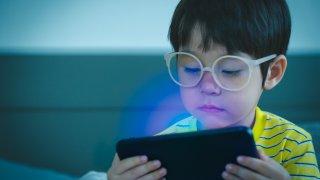 Очите на дете – музика, лъчи… от екраните