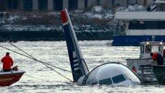 """През 2009 г. полет 1549 на US Airways """"кацна"""" в река Хъдзън в Ню Йорк след сблъсък с ято птици, повредили двигателите на самолета. Всички 155 души на борда успяха да се спасят, а петима души получиха сериозни травми."""