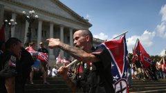 Членовете на Клана размахваха знамена на Конфедерацията и скандираха расистки лозунги