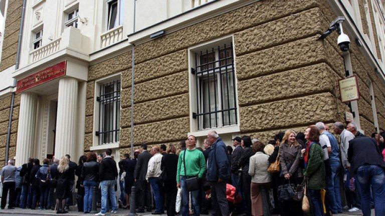 След краха на КТБ гарантираните депозити рязко ще се увеличат - не че ще потекат към България милиарди, просто депозитите ще се раздробят на по-малки, до гарантирания размер, ще се разхвърлят в няколко банки.   Затова държавата трябва да намери решение, с което рискът от фалит да не тежи върху бюджета - както стана с КТБ.