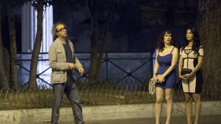 Основна роля има и вече бившата жена на Берлускони, за която той бе женен повече от 20 години - Вероника Ларио.