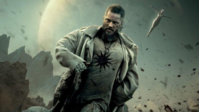 """Raised By Wolves - HBO  Самото име на Ридли Скот предизвиква сериозно внимание към проекта с името """"Отгледани от вълци"""". И макар мненията за сериала да са смесени, той определено беше от тези, които предизвикаха внимание през годината. Светът се е сблъскал със своя апокалипсис след последната война между религиозни и атеисти. В крайна сметка победители са вярващите в Бог, но те са принудени да напуснат планетата. Това, което малцина обаче знаят е, че атеистите са успели да изпратят два андроида - майка и баща - с тайна мисия - да отгледат нова цивилизация на новооткритата планета Kepler-22b.12 години по-късно е оцеляло само едно от децата - странно момче на име Кампион. Скоро обаче тяхната малка колония ще се сблъска с другите остатъци от човечеството, а това ще покаже грозната страна на много хора (и андроиди). Усещането от първия сезон на този сериал е просто като разгрявка за нещо по-голямо, но все пак си заслужава гледането."""