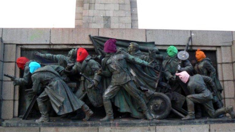 Акция за солидарност с руските пънкарки от Pussy Riot