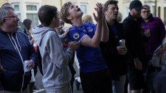 Двубоят се игра пред празни трибуни, но феновете отново намериха начини да гледат мача заедно