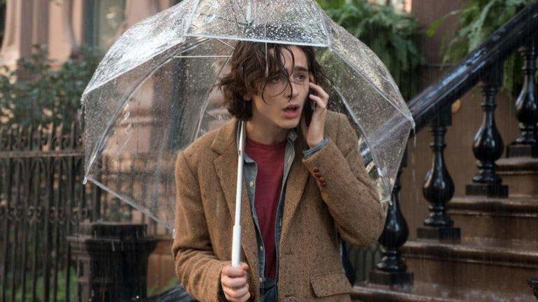 """Ню Йорк в """"Един дъждовен ден в Ню Йорк""""  """"Един дъждовен ден в Ню Йорк"""" е любовното писмо на Уди Алън към мегаполиса. В лентата режисьорът развихря склонността си да идеализира местата, на които се намира, да разказва през цедката на носталгията и да представя градовете като жив организъм, а не просто като декор. Ню Йорк при Уди Алън е енергичен и артистичен - основна предпоставка за двама амбициозни младежи да се оплетат в неприятности."""