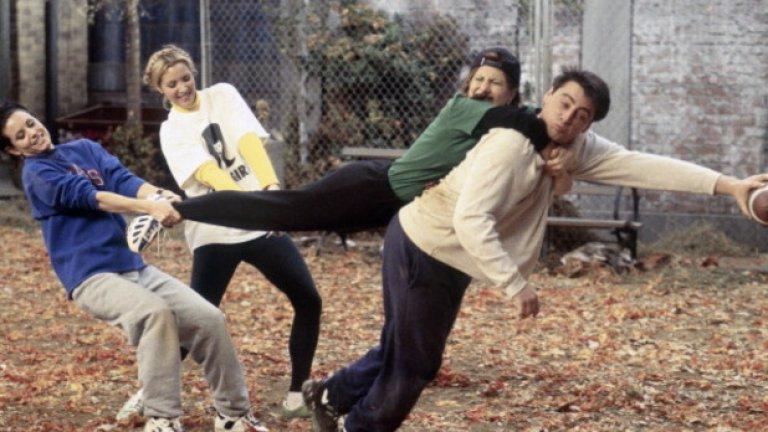 """18. Никога не е сниман в Ню Йорк  Действието на почти всеки епизод се развива в Ню Йорк, но всъщност нито една сцена не е снимана в този град. Практически всички серии на """"Приятели"""" са заснети в студиата на Warner Brоss. в Бърбанк, Калифорния.   Първият сезон е сниман в по-малко студио, но след втория """"Приятели"""" се мести в Студио 24, където остава да се снима до последния епизод. След края на шоуто, на студиото е сложена паметна плоча в чест на стотиците епизоди, снимани там.  Продуцентите през цялото време се опитват да намерят подходяща възможност да заснемат няколко епизода в Ню Йорк, но се оказва, че това ще е ненужно упражнение, което ще натовари логистиката и ще увеличи цената на продукцията.  Единственото друго място, където е заснеман """"Приятели"""" е Лондон.  Поради огромната популярност на сериала във Великобритания продуцентите решават да заснемат последните две серии на сезон 4 в британската столица."""