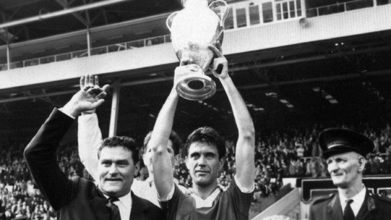 """В началото на април на 84 години издъхна Чезаре Малдини, един от символите на Милан. Либерото на славния тим от 60-те години беше капитан и лидер на група, в която личаха имена като Джовани Трапатони, Джани Ривера, Жозе Алтафини. През 1963-а е капитан на отбора, който печели първата от седемте европейски шампионски купи на Милан. Световен шампион за 1982-ра като помощник на селекционера Енцо Беардзот, сам води """"скуадра адзура"""" на Мондиал 1998, а и Парагвай четири години по-късно. Неговият син Паоло Малдини също си извоюва легендарен статут като защитник на Милан и даже надмина баща си по трофеи с 6 купи на шампионите."""