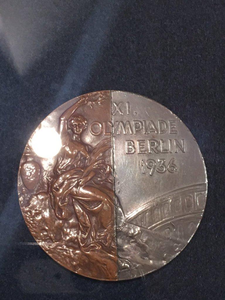 """""""Медалът на приятелството"""" - наполовина сребърен, наполовина бронзов"""