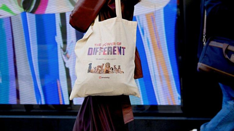 Платнена чанта   Голяма, удобна и може да побере всичките ви джунджурии - платнената чанта си е модерна и това си е. Освен това е перфектният начин да изпратите послание към света с някой весел надпис или картинка върху материята ѝ. Само, моля ви, нека чантата да не е с името на европейски град, който сте посетили - ето това вече е анти-модерно.