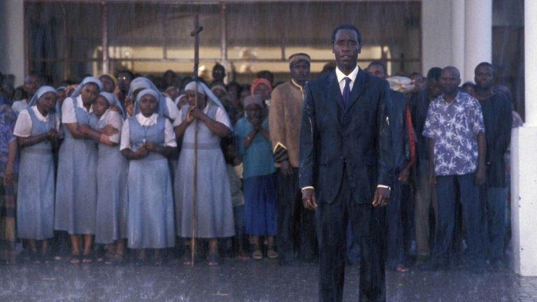 """""""Хотел Руанда"""" на режисьора Тери Джордж е вдъхновяваща биографична драма, която разказва историята на Пол Русесабагина (Дон Чийдъл), управител на хотел в Руанда, който спасява бежанци от сигурна смърт. Африканският Шиндлер спасява общо 1 200 души от геноцида в Руанда."""