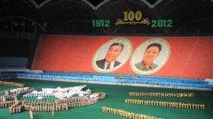 Масовки, лозунги и два броя Ким - това е лицето на КНДР пред света
