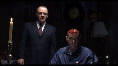 """Ханибал Лектър (Антъни Хопкинс) от """"Ханибал""""  След """"Мълчанието на Агнетата"""" злодеят Ханибал Лектър си спечелва вечна култова слава. Антъни Хопкинс е толкова добър в ролята, че неговият персонаж се превръща в нещото, което си представяш, когато чуеш за психопат. Уви, вторият филм от поредицата далеч не е на нивото на първия, макар и да не е чак толкова слаб. Джулиан Мур не се вписва така добре в """"кожата"""" на агент Кларис Старлинг (колкото Джоди Фостър) и й куца химията с Антъни Хопкинс, а Рей Лиота определено не може да се каже, че прави ролята на живота си тук. Факт е обаче, че най-доброто в него отново е доктор Лектър. Той е страшен, дори ужасяваш, и все пак енигматичен и привличащ зрителите. Това просто е злодей, който обожаваш."""