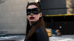 """1. Ан Хатауей, """"The Dark Knight Rises""""  Тук актрисата не носи пряката вина – просто с реакцията си потвърждава спойлера, разкрит от водещия Дейвид Летърман. Хатауей гостува във вечерното му шоу малко преди премиерата на последния филм на Кристофър Нолан за Батман. Докато хвали филма, водещият в един момент се изпуска, казвайки """"Разбира се, Батман е мъртъв в края"""".   Това можеше да мине и за шега, ако не беше реакцията на Хатауей – тя замръзва на място с широко отворени очи и чак след няколко мига се опитва да отиграе ситуацията с едно разочаровано """"Дееейв…"""".   Всичко това просто потвърждава казаното от Летърман, който се опитва да се оправдае, че лъже. Всъщност филмът, който се появява по кината седмица по-късно, завършва с полуотворен финал ала Нолан, за който и до ден-днешен се спекулира – умира ли наистина Брус Уейн/Батман или оцелява."""