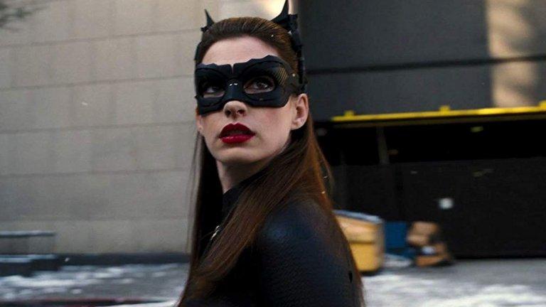 """Ан Хатауей (""""Тъмният рицар: Възраждане"""", 2012 г.)  Ако това беше класация, най-вероятно на второ място щяхме да поставим изпълнението на Хатауей в The Dark Knight Rises на режисьора Кристофър Нолан. Нейната Селина Кайл е крадла и измамничка, научена от живота да взима всичко, което пожелае. Тя се сблъсква както с Брус Уейн (Крисчън Бейл), когото се опитва да обере, така и с алтер-егото му Батман. Без да иска, се оказва замесена и в плановете на Бейн (Том Харди) за Готъм."""