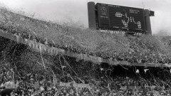 """Стадион """"Монументал"""" в Буенос Айрес е покрит с хартия, ленти, знамена и сълзи... Аржентина е световен шампион! Според официалната статистика на трибуните има 71 483 инчаси, но аржентинските медии твърдят, че са близо 100 хиляди..."""