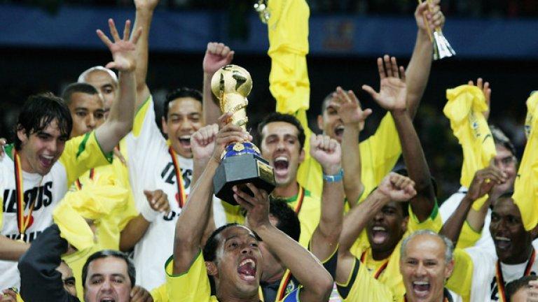 """Роналдиньо - магьосникът с топката, в момента е без отбор и обмисля да се откаже. Ще играе най-много до лятото на 2016-а. Дано се съгласи да оформи трио с другите две """"Р"""" за световното за легенди."""