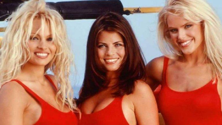 """Памела Андерсън и колежките ѝ от """"Спасители на плажа""""  Парещи слънчеви лъчи и куп мацки в доста изрязани червени бански - да, почти всеки кадър от """"Спасители на плажа"""" тежи от сексапил, та чак нагарча. Това е един от сериалите, в които всяка героиня влиза в категорията """"твърде, излишно секси"""" и професионална спасителка на плажа е последното, на което прилича. Начело на класацията, разбира се, е Памела Андерсън, но Ясмин Блийт, Джина Лий Нолин и Ерика Еленияк никак не ѝ отстъпват."""