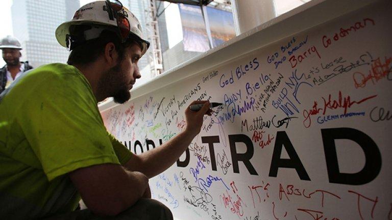 На мъжете и жените, които строят отново Световния търговски център, им е позволено да оставят каквото искат послание върху скелето