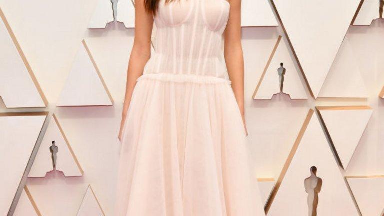 Камила Мороне   По-официално заявление от това, че сърцето на Леонардо ди Каприо е заето, нямаше как да получим. Мороне придружи ди Каприо и седя до него по време на церемонията - чест, която досега беше запазена за майката на актьора. Дали скоро на манекенката няма да й се наложи да си търси още една официална бяла рокля...