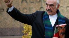 """Сър Шон Конъри Звездата от филмите на Джеймс Бонд е голям привърженик на Шотландската национална партия и е убеден, че ще види независима Шотландия.  Той казва """"Кампанията """"ЗА"""" референдума е базирана на идеята за по-добра визия за Шотландия. Това е в корените на идеята за онази основна демократична ценност, че гражданите на Шоталандия са най-добрите пазители на собственото си бъдеще."""""""