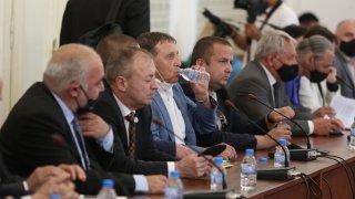 Заседанието на Комисията за ревизия отново започна със скандал