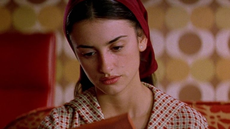 """Първият американски филм, в който Крус взима роля, е уестърнът The Hi-Lo Country на Стивън Фриърс от 1998 г. Това се оказва стресиращо преживяване за 24-годишната Пенелопе, която започва да учи английски едва 20-годишна и не разбира добре какво говорят на снимачната площадка. Междувременно обаче тя участва с главни роли в два доста успешни испански филма - """"Момичето на мечтите ти"""" на Фернандо Труеба и """"Всичко за майка ми"""" на Алмодовар, който взима """"Оскар"""" за чуждоезичен филм. Това кара критиката във Variety да напише следното: """"Ако е необходимо потвърждение, че Крус е първо актриса, а след това красиво лице, ето го""""."""