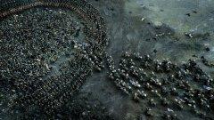 """Game of Thrones: Битката на копелетата  До неотдавна се смяташе, че телевизионно фентъзи не може да се надява на спектакли от калибъра на """"Властелинът на пръстените"""" например, дори само поради бюджетни ограничения. Но времената се промениха и днес """"Битката на копелетата"""" (съдържаща моменти като например един невероятен проследяващ кадър на Джон Сноу в сърцето на сраженията) е сравнявана с най-епичните боеве в киното. Тази битка е била заснета за цели 25 дни, по 10 часа снимки всеки."""