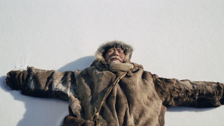 """Ага   Режисьорът Милко Лазаров работи пет години по филма """"Ага"""", а заглавието ще е българският претендент за чуждоезичен """"Оскар"""". Продукцията е заснета в Сибир, където температурите понякога са падали до -40 градуса, а по думите на Лазаров -20 са им се стрували направо приемливи. Филмът беше част от основната програма на фестивала Берлинале и спечели голямата награда """"Сърцето на Сараево"""" в столицата на Босна и Херцеговина.  """"Ага"""" разказва за възрастна двойка ескимоси, които живеят в юрта от животински кожи, а около тях е ослепителната сибирска белота. Ежедневието им се ръководи от рутината, която суровата природа налага на Нанук и Седна. Те живеят в мир с природата и в хармония един с друг до смъртта на Седна, която е скрила болестта си, за да не тревожи съпруга си.   Трагедията тласка Нанук към града, където да потърси отчуждената им дъщеря Ага. Оттам нататък филмът се превръща в разсъждение върху отдалечаването на човека от природата, отдръпването му от близките и завръщането обратно към корените."""