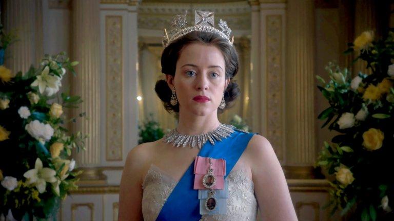 """The Crown / """"Короната"""" Сериалът, посветен на британското кралско семейство, продължава да е едно от най-добрите неща в колекцията на Netflix. Макар ролята на британския монарх да е до голяма степен церемониална, шоуто показва как реално кралицата се вижда принудена да участва в политическия живот на страната, да взема решения, да притиска политици и да бъде истински водач на нацията.  Сериалът започва още в годините на сключването на брак между младата принцеса Елизабет и не особено популярния гръцки принц Филип. Сюжетът разглежда както семейната драма в младото семейство, което бива обременено от властта и вниманието на цял един народ, но също така дава светлина върху самото развитие на Великобритания през годините, заедно с някои от най-големите и разтърсващи моменти в историята на страната през втората половина на XX век."""