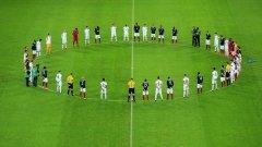 Английските и френските играчи се наредиха в кръг за минутата мълчание, нарушавайки традицията да я спазят поотделно. Още един жест на единение и съпротива.
