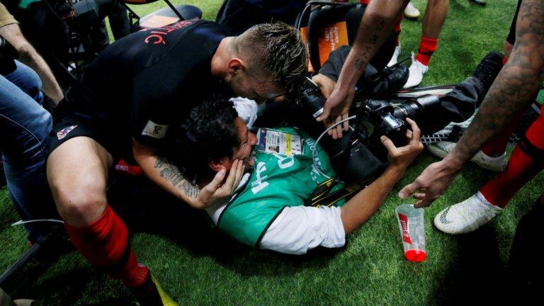 Юри Кортес буквално бе пометен от хърватската радост след втория гол срещу Англия