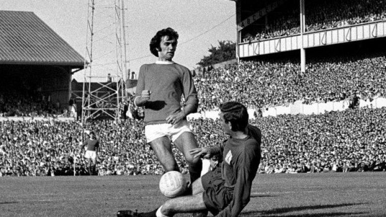 10 септември 1966 г. - Здравей, стари приятелю! Култова снимка на Бест и един от най-близките му хора във футбола - вратаря на Тотнъм Пат Дженингс. Северноирландският капитан прави обикновено най-силните си мачове именно срещу Юнайтед. Той удивлява цяла Англия с гола си срещу този съперник от собствената врата в първия мач, предаван с цветна картина в историята на британската телевизия. Бест и този път не успява да го преодолее, а Юнайтед губи.