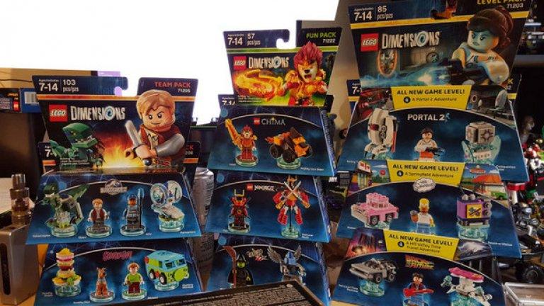 """Легото е класически подарък, но видеоиграта Lego Dimensions и конструкторите от същата серия са особено популярни тази година. Dimensions събира Лего герои от 14 различни вселени, включително супергероите на DC Comics, тези от """"Властелинът на пръстените"""", """"Магьосникът от Оз"""", """"Доктор Ху"""", """"Джурасик свят"""", видеоиграта Portal 2 и още доста други. Обединяването на Фродо, Батман и семейство Симпсън в една и съща история е способно да привлече не само децата."""