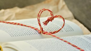 Има автори, които между кориците на своите книги са успели да уловят силата на романтичните емоции. Вижте няколко такива класики в нашата галерия: