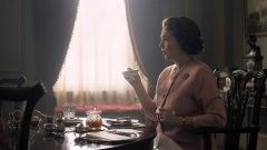 """В трети сезон на """"Короната"""" кралицата, вече играна от носителката на """"Оскар"""" Оливия Колман, се бори с възрастта и с натиска, провокиран от сблъсъка на дълга с реалността."""