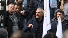 Пред съдебната палата привърженици на партията се събраха на протест