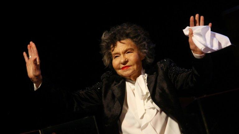 """Стоянка Мутафова Родена през далечната 1922 г., актрисата остави след себе си дълбока следа. Тя е сред основателите на Държавния сатиричен театър, участвала е в над 90 постановки и била на сцените на театър в Прага, Народния театър, драматичен театър """"Адриана Будевска"""" в Бургас. До последно играеше на сцената на Сатиричния театър. Зрителите я помнят и от телевизионни и кино роли като тези в """"Топло"""", """"Любимец 13"""", """"Кит"""" и други. Легендарна е с изпълнението на ролята си в постановката """"Госпожа стихийно бедствие"""" по Алдо Николай. Отиде си на 6 декември 2019 г."""