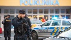 Инцидентът е станал малко след седем часа сутринта местно време. Според полицията са били убити четирима души на място, а други двама починаха от раните си по-късно