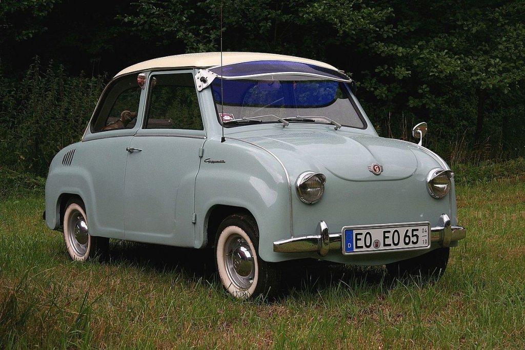 """GoggomobilНе можем да не включим тази немска ретро класика. Вдига до 83 км/ч и самият производител я нарича """"градска кола"""" по простата причина, че не може да излезе на магистрала, а какво остава за немските аутобани. Малко прилича на Трабант, който някак си се е кръстосал с Fiat 500."""
