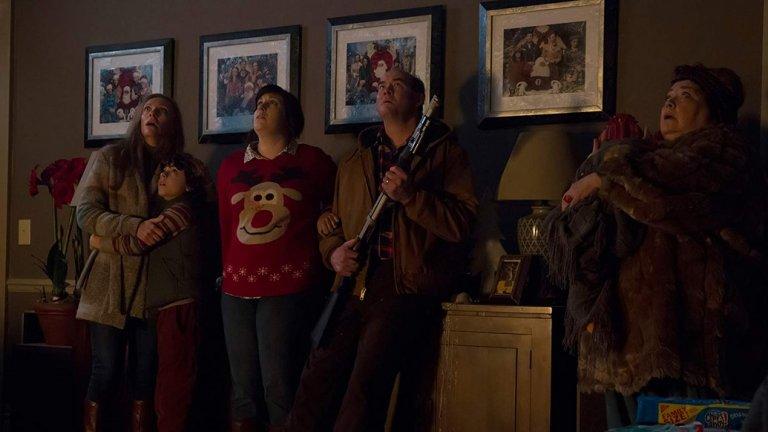 """""""Коледа по дяволите"""" (2015)  """"Коледа по дяволите"""" (""""Krampus"""") попада в списъка с препоръчвани за гледане, тъй като не е типичният празничен филм. Макар да има комедийни моменти и сериозен фокус върху семейството, това всъщност е филм на ужасите. Става дума за случайно призован демон и неговото злощастно посещение на главните герои, докато те празнуват Коледа."""