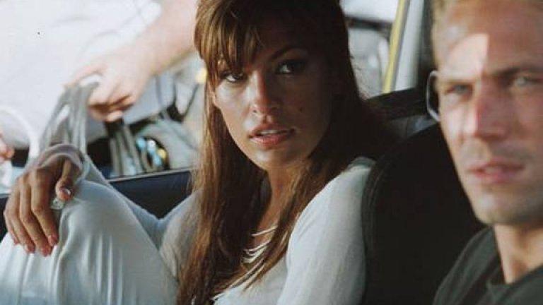 """Ева Мендес е едно от женските лица във високоскоростната екшън поредица """"Бързи и яростни"""". Във втората част тя е Моника Фуентес: агент под прикритие и любовница на Картър Вероне, която се забърква с героя на покойния Пол Уокър. Не е основна роля, но въпреки това Мендес успява да я изиграе така, че човек може да ѝ повярва."""