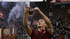 """Франческо Тоти - любимото момче на феновете на Рома и омразна фигура за Лацио. Принца, както го наричат първите, счупи рекорда по най-много изиграни мача в дербито - 41, както и този по голове - 11. След един от тях показа тишърт """"Всеки път"""". След друг вдигна надпис """"Game over"""", защото нанесеното на съперника поражение извади Лацио от играта за място в Шампионската лига. А след двата си гола миналата година си направи селфи пред агитката на Рома, което взриви интернет и стана световен хит."""