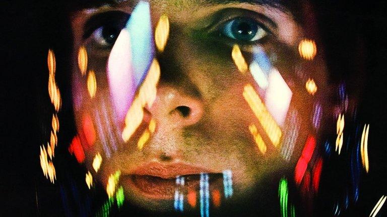 """2001: Космическа одисея (1968 г., реж. Стенли Кубрик)  Филмът на Кубрик е едно уникално пътешествие - от зората на човечеството до неговото звездно бъдеще в необятния простор на Космоса. Нолан го гледа още като дете, след като баща му води него и брат му (сценариста Джонатан) да видят филма в кино в Лондон. Години по-късно те сами ще поемат на филмово пътуване из Космоса със своя Interstellar.  """"Спомням си много ясно усещането, сякаш бях пренесен в друг свят. По това време бях огромен фен на """"Междузвездни войни"""". Но това беше напълно различен начин да преживееш научната фантастика"""", разказва Нолан. """"Бях на седем, така че нямаше как да твърдя, че съм разбрал филма. До ден-днешен не мога да го твърдя. Но като седемгодишен не се интересувах от това дали го разбирам. Просто чувствах това необикновено преживяване да бъдеш отведен в друг свят, към който не изпитваш съмнения."""""""