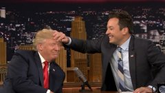 Джими Фалън също се опитва да се адаптира, като отвоюва част от анти-Тръмп зрителите с целенасочени сатирични сегменти. Водещият разчита на комедийната си дарба, за да иронизира президента, но по-сдържано и не-идеологизирано в сравнение с Колбер.