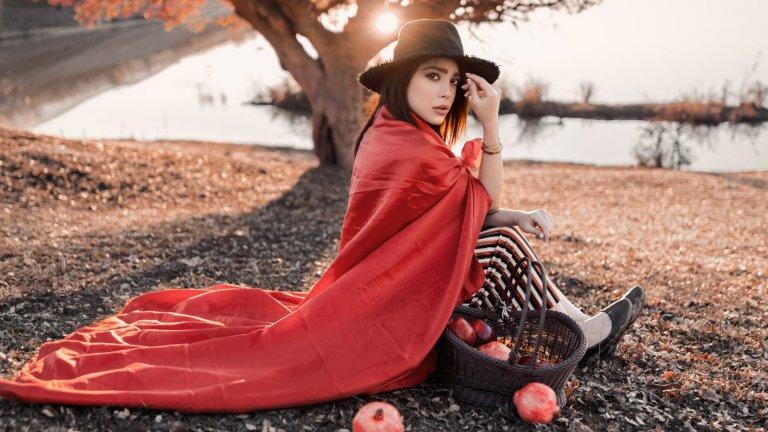 """Вече отговорихме на въпроса """"Какво да облечем през есента?"""", така че да се чувствам комфортно в студените сутрини, но и в слънчевите и измамно топли следобеди.  Остава въпросът - с какви аксесоари да допълним облеклото си? На какво залагат дизайнерите можете да видите в нашата галерия:"""