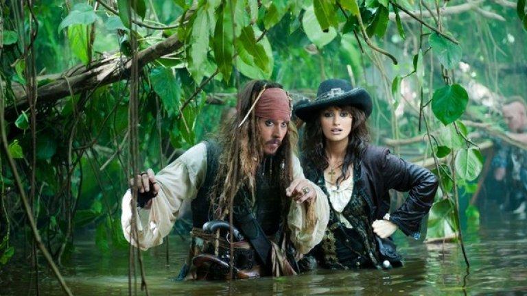 """4. """"Карибски пирати: В непознати води"""" Тук Спароу просто не съумява да снабди кръвоносната система на филма с достатъчно нутриенти и в крайна сметка цялото начинание започва да досажда много преди да изтекат 136-те минути екранно време.   Траекторията на кариерата на мегазвездата Деп окончателно тръгна надолу именно след """"Карибски пирати: В непознати води"""". Дори и Пенелопе Круз не можа да спаси поне малко тази творческа катастрофа."""