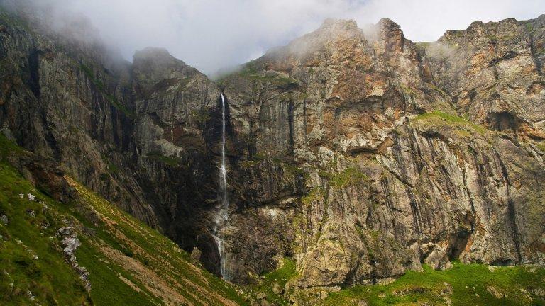 Райското пръскало  Най-високият водопад на Балканския полуостров е и един от най-живописните. Намира се в Централна Стара планина, на южния склон под най-високия й връх - Ботев. Образуван е от водите на Пръскалската река, която пък извира от вечния снежник под върха. Той не се стопява напълно и през лятото, затова водопадът се води най-високият постоянен. Високият си 124,5 метра скок прави от Райските скали и след това се влива в Бяла река.