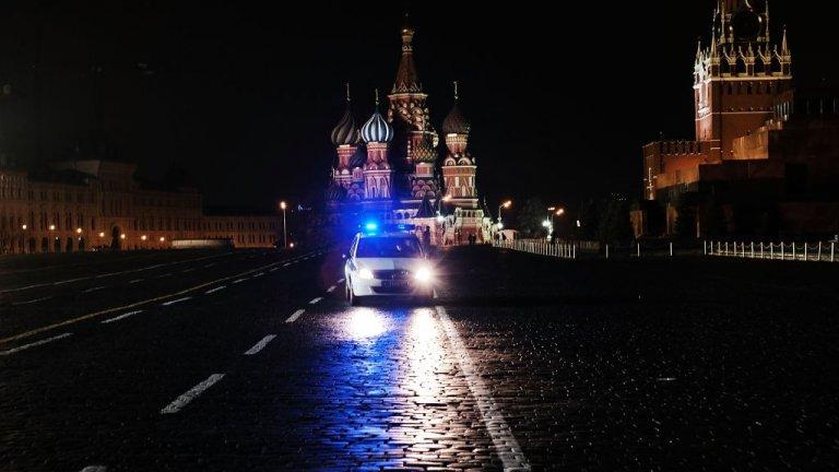 """Червеният площад в Моска обичайно е място, където безброй руснаци и туристи не оставят градът """"да спи"""". Но не и сега."""
