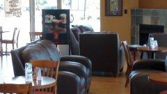 Традиционните кафенета - с масички и столове, вече отстъпват пред бар-плотовете и високите столчета...